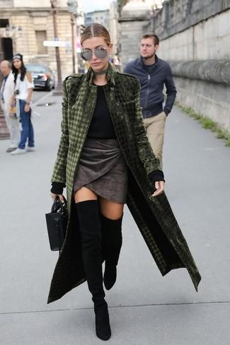 Cómo combinar: abrigo de terciopelo verde oliva, jersey con cuello circular negro, minifalda de terciopelo en gris oscuro, botas sobre la rodilla de ante negras