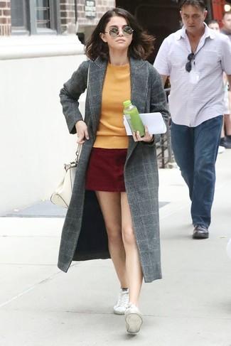 Cómo combinar: abrigo de tartán gris, jersey con cuello circular naranja, minifalda de ante burdeos, tenis de lona blancos