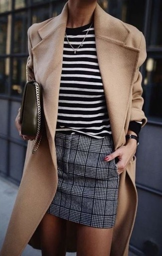 Cómo combinar: abrigo marrón claro, jersey con cuello circular de rayas horizontales en blanco y negro, minifalda de lana de tartán gris, bolso bandolera de cuero negro