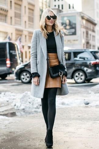 Cómo combinar: abrigo gris, jersey con cuello circular negro, minifalda de cuero marrón claro, botines de ante negros
