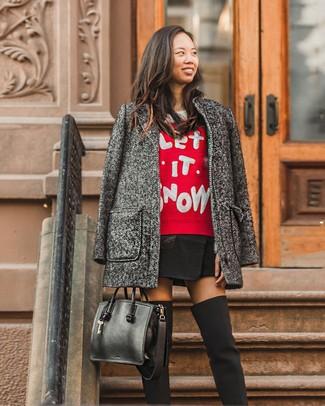 Cómo combinar: abrigo en gris oscuro, jersey con cuello circular de navidad rojo, minifalda negra, botas sobre la rodilla de lona negras