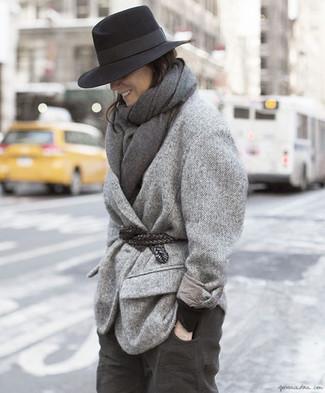 Cómo combinar: abrigo de espiguilla gris, jersey con cuello circular negro, pantalón chino en gris oscuro, sombrero de lana negro