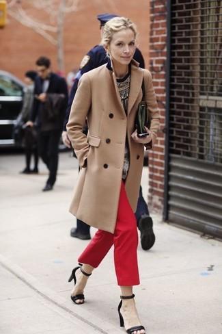 Perfecciona el look casual elegante en un abrigo marrón claro y una cartera sobre de cuero verde oscuro de mujeres de Loeffler Randall. Complementa tu atuendo con sandalias de tacón de cuero negras.