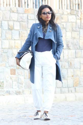 Emparejar un abrigo azul y un pantalón de chándal blanco es una opción cómoda para hacer diligencias en la ciudad. Zapatos oxford de cuero plateados de Stella McCartney añaden la elegancia necesaria ya que, de otra forma, es un look simple.