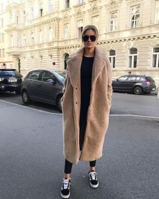 Cómo combinar: abrigo de forro polar marrón claro, jersey con cuello circular negro, pantalón de pinzas negro, tenis de lona en negro y blanco