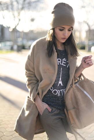 Haz de un abrigo marrón claro y un gorro tu atuendo para después del trabajo.