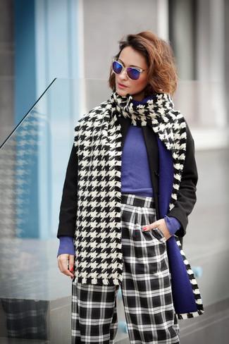 Cómo combinar: abrigo negro, jersey con cuello circular en violeta, pantalones anchos a cuadros en negro y blanco, bufanda de pata de gallo en blanco y negro