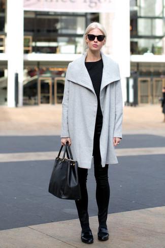 Cómo combinar: abrigo celeste, jersey con cuello circular acolchado negro, pantalones pitillo de terciopelo negros, mocasín de cuero negros
