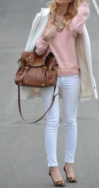 Cómo combinar: abrigo blanco, jersey con cuello circular rosado, pantalones pitillo blancos, zapatos de tacón de ante de leopardo marrón claro