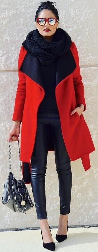 Cómo combinar una bufanda de punto negra: Empareja un abrigo rojo con una bufanda de punto negra para un look agradable de fin de semana. Zapatos de tacón de ante negros son una opción muy buena para complementar tu atuendo.