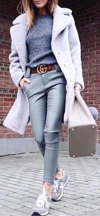 Cómo combinar: abrigo gris, jersey con cuello circular gris, pantalones pitillo de cuero grises, tenis de ante grises