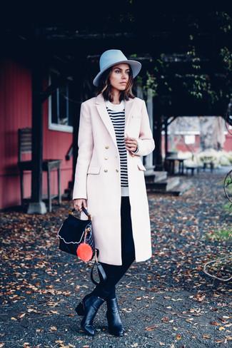 Cómo combinar: abrigo en beige, jersey con cuello circular de rayas horizontales en blanco y negro, pantalones pitillo negros, botines de cuero negros