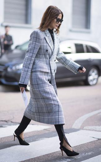 Cómo combinar: abrigo de tartán gris, jersey con cuello circular negro, pantalones pitillo negros, zapatos de tacón de ante en negro y dorado
