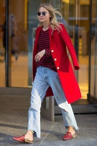 Cómo combinar: abrigo rojo, jersey con cuello circular de rayas horizontales en rojo y negro, vaqueros boyfriend celestes, mocasín de cuero rojos