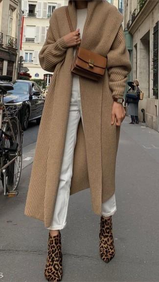 Cómo combinar un reloj de cuero en marrón oscuro: Emparejar un abrigo marrón claro con un reloj de cuero en marrón oscuro es una opción buena para el fin de semana. Botines de pelo de becerro de leopardo marrón claro son una opción perfecta para complementar tu atuendo.