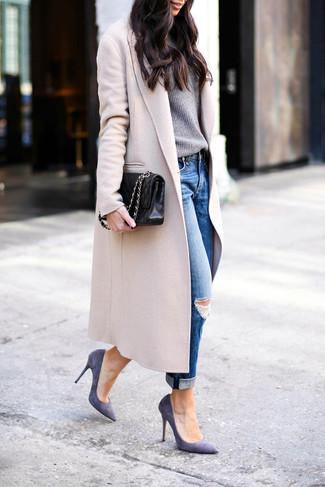 Cómo combinar: abrigo en beige, jersey con cuello circular gris, vaqueros boyfriend desgastados azules, zapatos de tacón de ante en violeta