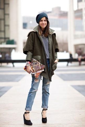 Emparejar un abrigo verde oliva con un gorro es una opción grandiosa para un día en la oficina. Zapatos con cuña de ante negros añadirán interés a un estilo clásico.