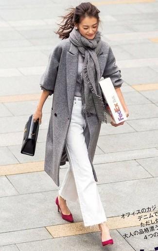 Cómo combinar: abrigo gris, jersey con cuello circular gris, vaqueros de campana blancos, zapatos de tacón de ante rojos