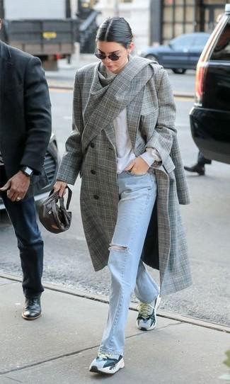 Cómo combinar: abrigo de tartán gris, jersey con cuello circular blanco, vaqueros desgastados celestes, deportivas grises