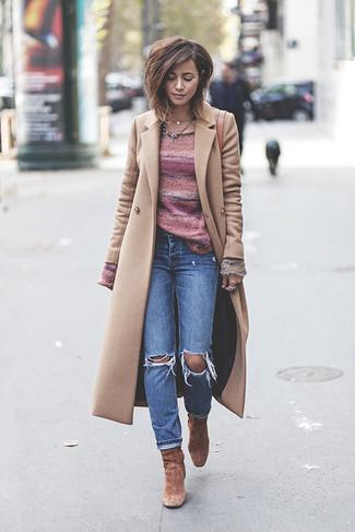 Cómo combinar: abrigo en beige, jersey con cuello circular de rayas horizontales rosado, vaqueros desgastados azules, botines de ante marrónes
