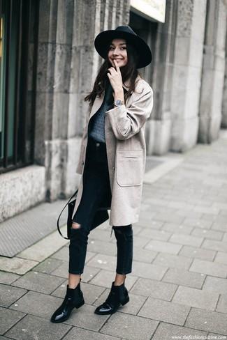 Cómo combinar: abrigo gris, jersey con cuello circular azul marino, vaqueros desgastados negros, botines chelsea de cuero negros