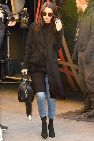 Cómo combinar: abrigo negro, jersey con cuello circular negro, vaqueros con adornos azules, botines de elástico negros