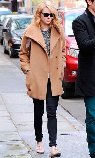 Cómo combinar: abrigo marrón claro, jersey con cuello circular gris, vaqueros negros, mocasín de cuero en beige