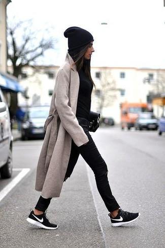Cómo combinar: abrigo en beige, jersey con cuello circular negro, vaqueros pitillo desgastados negros, deportivas en negro y blanco
