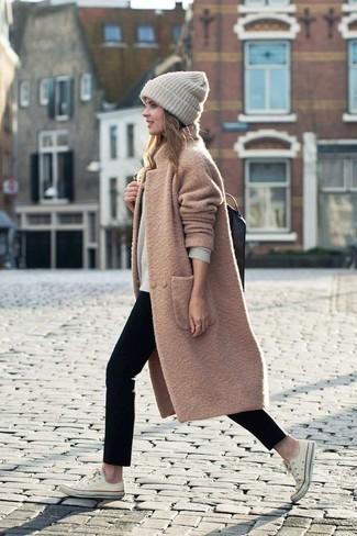 Cómo combinar: abrigo marrón claro, jersey con cuello circular en beige, vaqueros pitillo negros, tenis de lona blancos