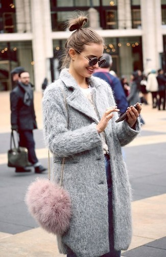 Cómo combinar un bolso bandolera de pelo rosado: Usa un abrigo gris y un bolso bandolera de pelo rosado para un look agradable de fin de semana.