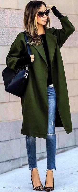 Cómo combinar: abrigo verde oliva, jersey con cuello circular negro, vaqueros pitillo desgastados azules, zapatos de tacón de ante de leopardo marrón claro