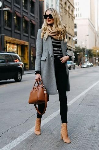Cómo combinar: abrigo gris, jersey con cuello circular de rayas horizontales en negro y blanco, vaqueros pitillo negros, botines de ante marrón claro
