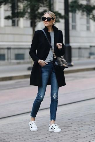 Cómo combinar un jersey con cuello circular gris: Un jersey con cuello circular gris y unos vaqueros pitillo desgastados azules son una opción muy buena para el fin de semana. Tenis en blanco y negro son una opción buena para complementar tu atuendo.