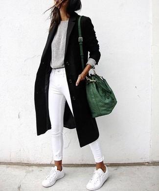 Cómo combinar un abrigo negro: Ponte un abrigo negro y unos vaqueros pitillo blancos para un almuerzo en domingo con amigos. Para el calzado ve por el camino informal con tenis blancos.