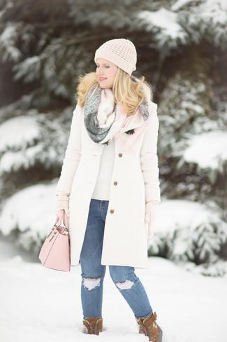 Cómo combinar unos vaqueros pitillo desgastados azules en clima frío: Haz de un abrigo blanco y unos vaqueros pitillo desgastados azules tu atuendo y te verás como todo un bombón. Botas para la nieve de ante marrónes resaltaran una combinación tan clásico.