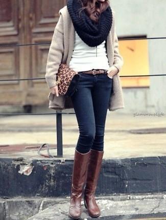 Cómo combinar una bufanda de punto negra: Para un atuendo tan cómodo como tu sillón utiliza un abrigo en beige y una bufanda de punto negra. Usa un par de botas de caña alta de cuero marrónes para mostrar tu lado fashionista.