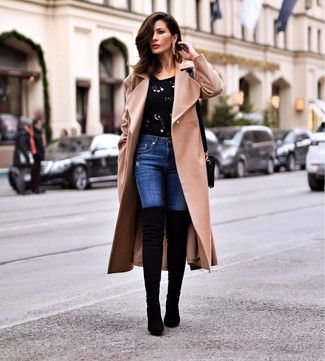 Cómo combinar: abrigo marrón claro, jersey con cuello circular con adornos negro, vaqueros pitillo azules, botas sobre la rodilla de ante negras