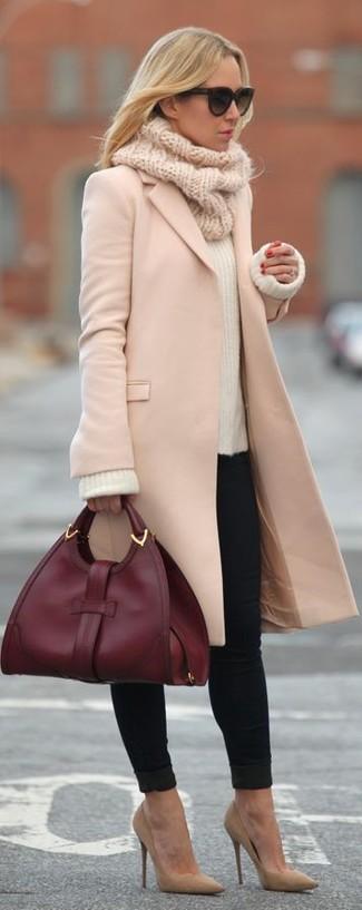 Cómo combinar: abrigo rosado, jersey con cuello circular de mohair blanco, vaqueros pitillo negros, zapatos de tacón de ante marrón claro