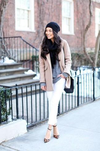 Un abrigo beige y un gorro son apropiados para eventos casuales y el día a día. Completa el look con zapatos de tacón de cuero de leopardo marrónes.