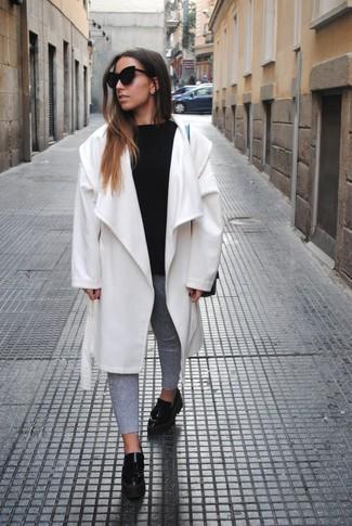 Cómo combinar: abrigo blanco, jersey con cuello circular negro, vaqueros pitillo grises, mocasín con plataforma de cuero negro