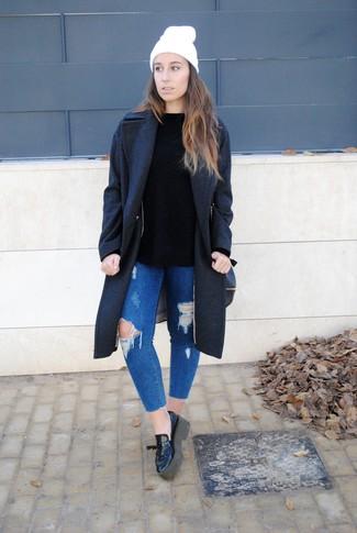 Cómo combinar: abrigo en gris oscuro, jersey con cuello circular negro, vaqueros pitillo desgastados azules, mocasín con plataforma de cuero negro