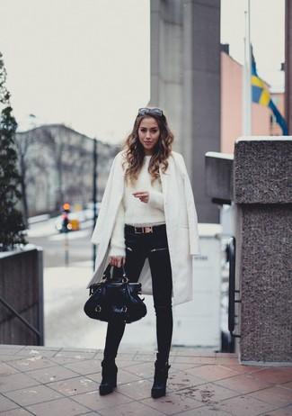 Cómo combinar: abrigo blanco, jersey con cuello circular de angora blanco, vaqueros pitillo negros, botines de cuero negros
