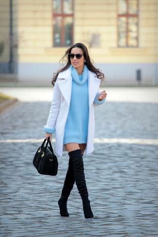 Cómo combinar: abrigo blanco, jersey con cuello vuelto holgado de punto en turquesa, botas sobre la rodilla de ante negras, bolso de hombre de ante negro