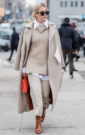 Cómo combinar: abrigo en beige, jersey con cuello vuelto holgado en beige, camisa de vestir blanca, falda pantalón en beige