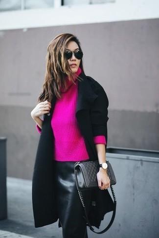 Cómo combinar: abrigo negro, jersey con cuello vuelto holgado rosa, falda lápiz de cuero negra, bolso bandolera de cuero acolchado negro