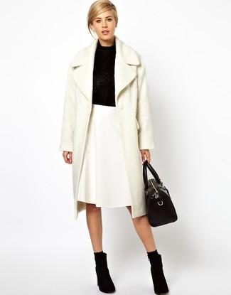 Casa un abrigo de angora blanco con una falda línea a blanca para un conjunto de oficina con estilo. Botines de ante negros son una opción incomparable para complementar tu atuendo.