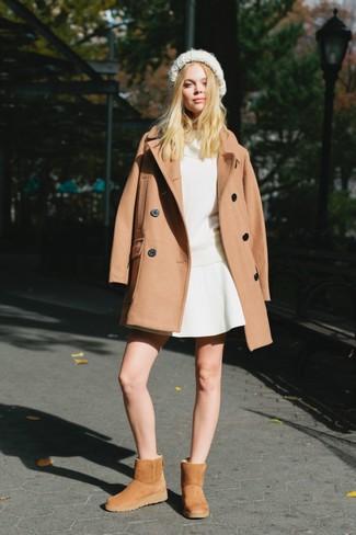 Cómo combinar: abrigo marrón claro, jersey con cuello vuelto holgado blanco, falda skater blanca, botas ugg marrón claro