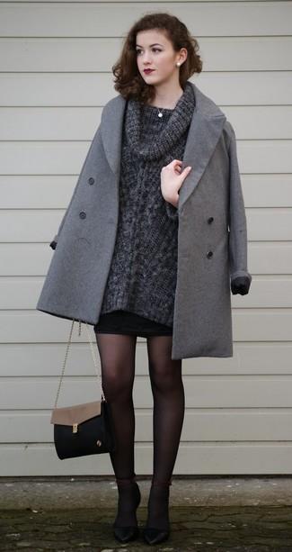 Cómo combinar un jersey con cuello vuelto holgado en gris oscuro: Opta por un jersey con cuello vuelto holgado en gris oscuro y una minifalda negra para conseguir una apariencia glamurosa y elegante. Zapatos de tacón de cuero negros son una opción inmejorable para completar este atuendo.