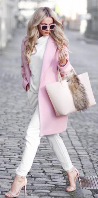 Cómo combinar: abrigo rosado, jersey con cuello vuelto holgado blanco, pantalón de pinzas blanco, sandalias de tacón de cuero en beige