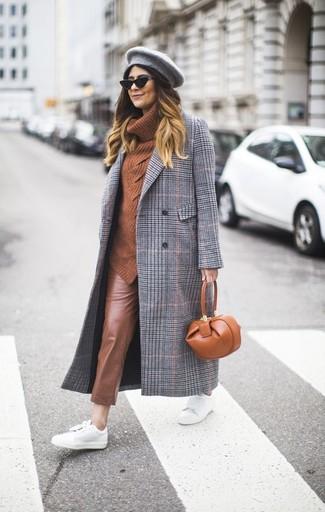 Cómo combinar: abrigo de tartán gris, jersey con cuello vuelto holgado en tabaco, pantalones pitillo de cuero marrónes, tenis de cuero blancos